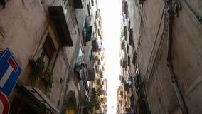 狭窄的段落看法在房子之间深堑侧壁的那不勒斯街道的,意大利 影视素材