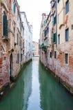 狭窄的水运河街道在威尼斯意大利 免版税库存照片