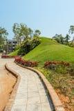狭窄的看法绿色庭院和路,金奈,印度, 2017年4月01日 库存照片