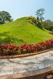 狭窄的看法绿色庭院和路,金奈,印度, 2017年4月01日 免版税库存照片