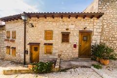 狭窄的石街道和罗维尼,克罗地亚普通建筑学  库存照片