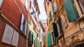 狭窄的石街道和罗维尼,克罗地亚普通建筑学  免版税库存图片