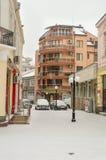 狭窄的积雪的街道在波摩莱,保加利亚 库存照片
