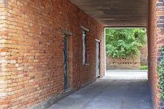 狭窄的红砖墙壁胡同在老镇 免版税图库摄影