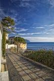 狭窄的美丽如画的沿海路在博利亚斯科 库存图片