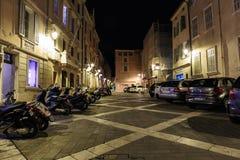 狭窄的老街道在晚上在圣特罗佩,法国 免版税库存图片