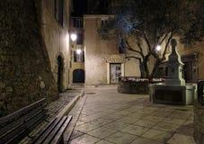 狭窄的老街道在晚上在圣特罗佩,法国 库存照片