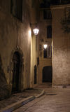 狭窄的老街道在晚上在圣特罗佩, 库存照片