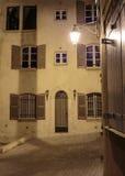 狭窄的老街道在晚上在圣特罗佩, 免版税库存照片