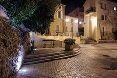狭窄的老街道在晚上在圣特罗佩 免版税库存图片