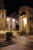 狭窄的老街道在晚上在圣特罗佩 免版税图库摄影