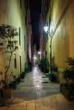 狭窄的老街道在晚上在圣特罗佩 免版税库存照片
