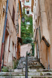 狭窄的老街道在老镇戛纳, 免版税库存图片