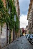 狭窄的老街道在Trastevere -罗马,意大利 库存照片