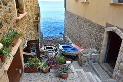 狭窄的胡同向海在Scilla 免版税库存图片