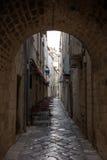 狭窄的胡同和隧道在杜布罗夫尼克的老镇 免版税库存图片