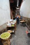 狭窄的胡同在丽江,中国古城 免版税图库摄影