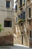 狭窄的胡同在威尼斯,威尼托,意大利, EU的历史的中心 免版税库存图片