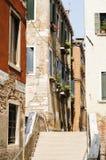 狭窄的胡同在威尼斯,威尼托,意大利, EU的历史的中心 库存照片