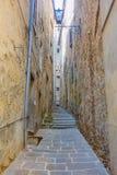 狭窄的胡同在科尔托纳,意大利 库存照片