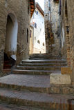 狭窄的街道和台阶在圣吉米尼亚诺在托斯卡纳,意大利 图库摄影