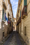 狭窄的街道和教会在街市特罗佩亚-特罗佩亚,卡拉布里亚,意大利 库存图片
