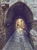狭窄的街道和曲拱在耶路撒冷 免版税库存图片