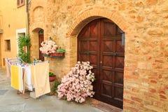 狭窄的街道和迷人的门廊美丽的中世纪镇  免版税库存图片