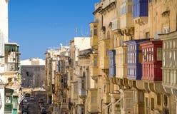 狭窄的街道和黄色大厦在瓦莱塔,马耳他 库存照片