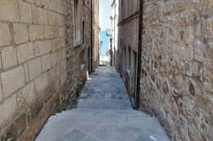 狭窄的街道在中世纪镇。Korcula,克罗地亚,欧洲 免版税库存照片