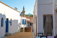 狭窄的街道在凯里尼亚老镇  塞浦路斯 图库摄影