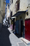 狭窄的街道在唐基尔,摩洛哥 免版税库存照片