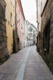 狭窄的街道在因斯布鲁克的历史的市中心 库存图片