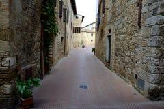 狭窄的街道在圣吉米尼亚诺在托斯卡纳,意大利 免版税库存图片
