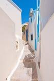 狭窄的街道在圣托里尼的(锡拉),希腊Fira镇 库存照片