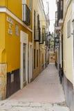 狭窄的街道在塞维利亚 库存图片