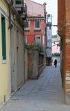 狭窄的街道在威尼斯 免版税库存图片