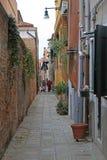 狭窄的街道在威尼斯 库存照片