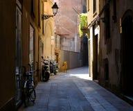 狭窄的街道在巴塞罗那的历史中心 库存图片