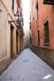 狭窄的街道在巴塞罗那老区  库存图片