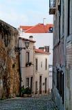 狭窄的街道在市里斯本 葡萄牙 免版税库存照片