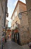 狭窄的街道在布德瓦老市中心在布德瓦,黑山 免版税库存图片