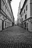 狭窄的街道在布拉格的老镇的历史的中心 免版税库存照片