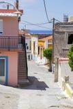 狭窄的街道在村庄在罗得岛 免版税库存图片