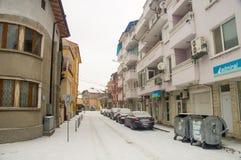 狭窄的街道在波摩莱,保加利亚,冬天的中心 库存照片