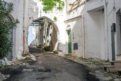狭窄的街道在白色市奥斯图尼,普利亚,意大利 库存照片