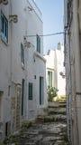 狭窄的街道在白色市奥斯图尼,普利亚,意大利 库存图片