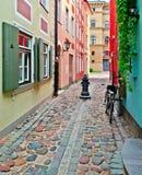 狭窄的街道在老里加,拉脱维亚 图库摄影
