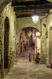 狭窄的街道在老镇在法国在晚上 免版税库存图片