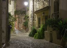 狭窄的街道在老镇在法国在晚上 免版税图库摄影